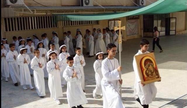 Una luz entre la barbarie: niños cristianos reciben su primera comunión en una Iglesia viva