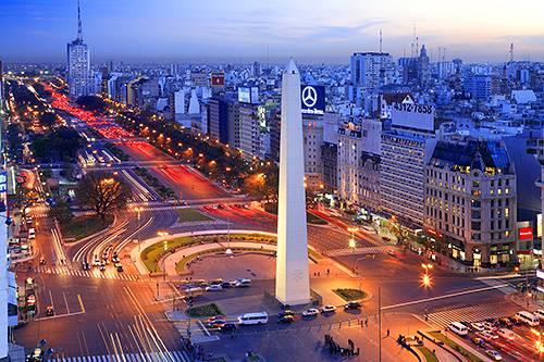 Alberdi y Hayek caminan Buenos Aires