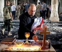 Celebran entre los escombros de una Iglesia de Qaraqosh la primera misa tras la retirada del ISIS