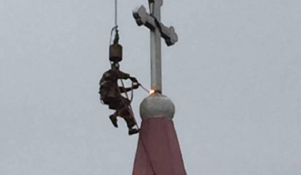 Destrucción de una cruz en una iglesia china.