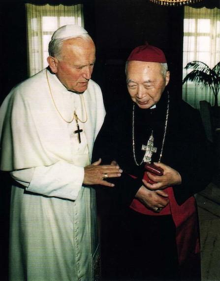 Juan Pablo II recibe al cardenal Kung Pin-mei.